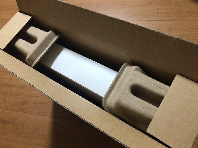 茶色いパッケージから白いパッケージが出てくる画像