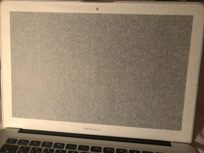 Macbookair モニタ画面にも薄い紙が挟まっていた画像