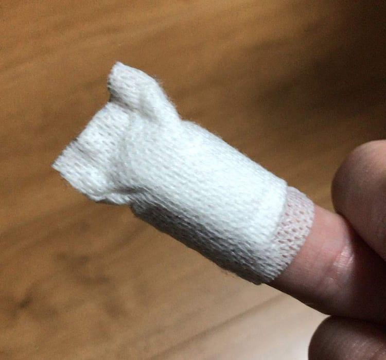 薬局で購入した絆創膏(病院で巻いてくれたのと同じもの)を指先に巻いた写真