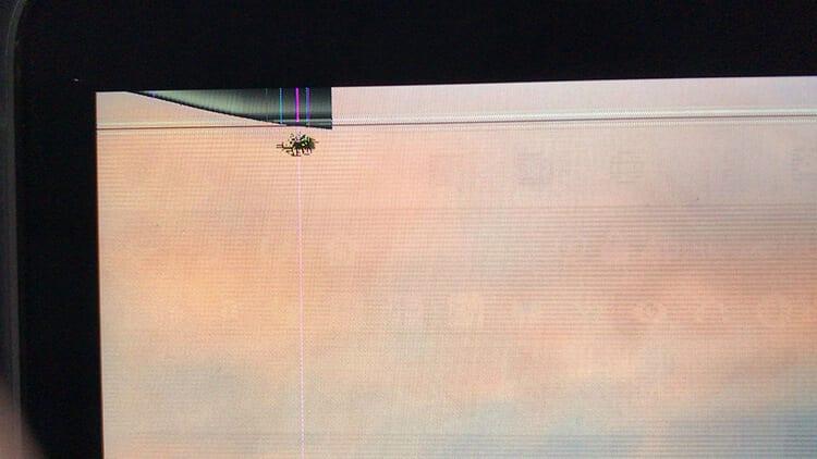 画面が(内側から)割れていて、横筋や縦筋、全体的にシマシマになっていた
