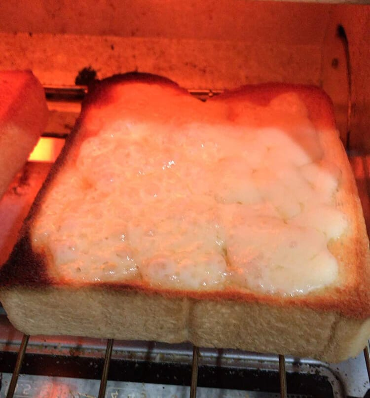 トースターで焼いている様子です