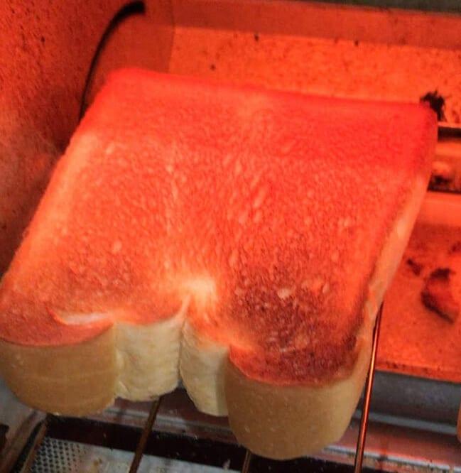 STEP1:パンをトースターで半焼き