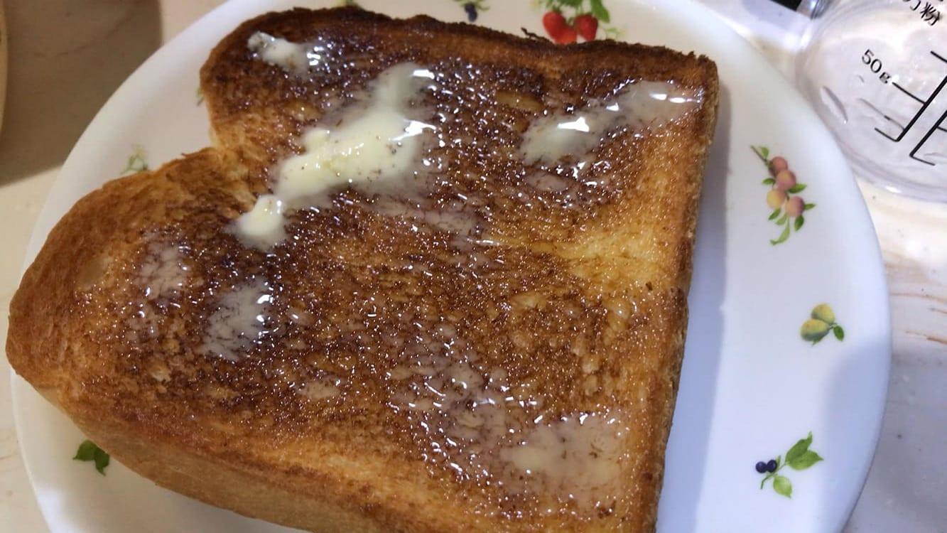 STEP2:半焼のパンにバターかマーガリンをのせる
