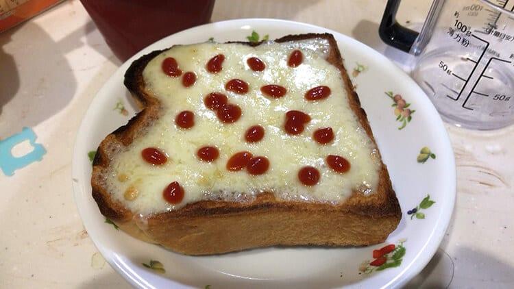 チーズトーストにケチャップをかけたもの