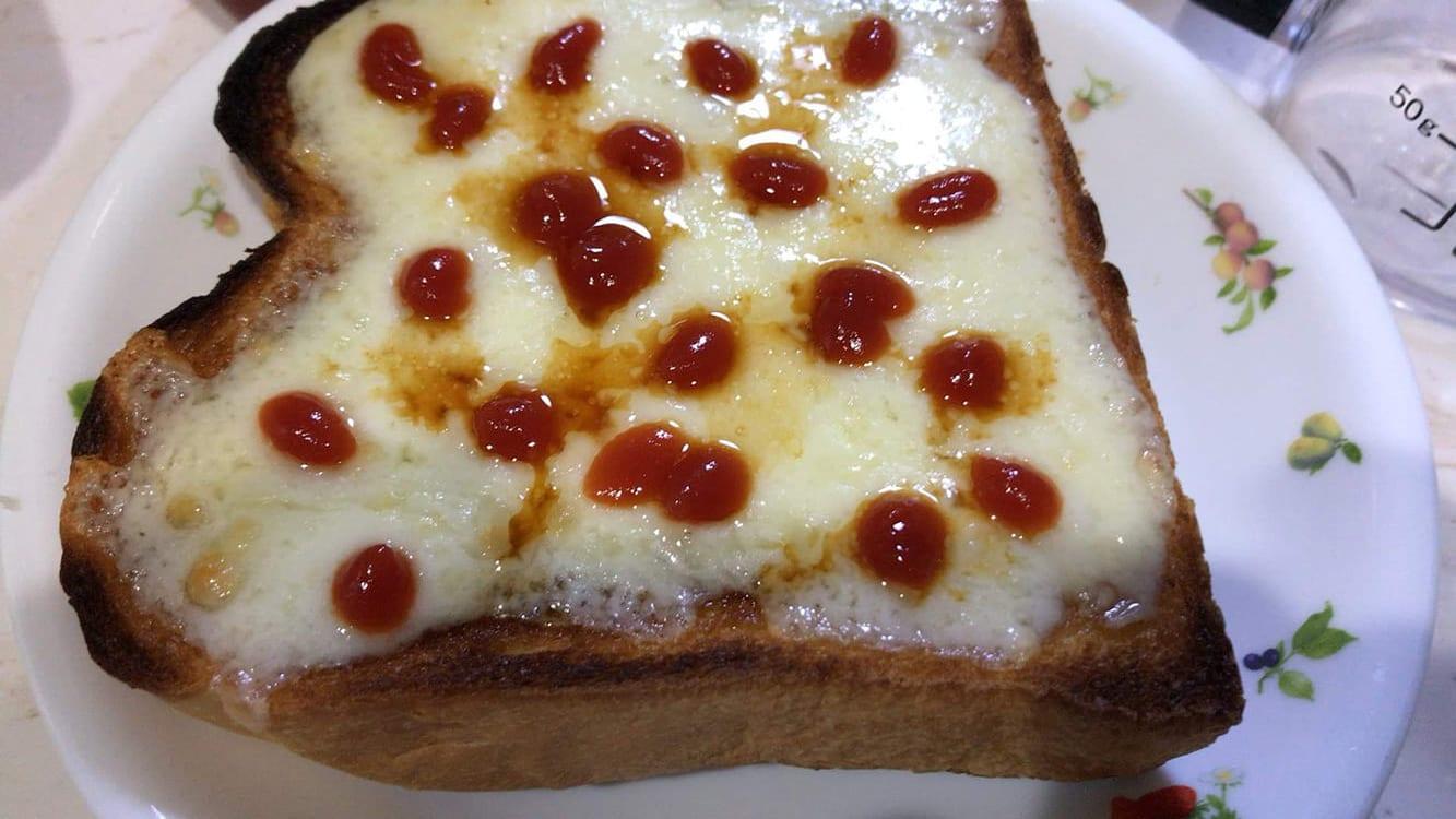 チーズトーストにケチャップに醤油をたらりとかけたもの