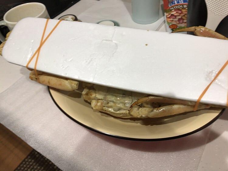 冷凍ズワイガニは、発泡スチロールの箱にダンボールで包まれていたイメージ画像