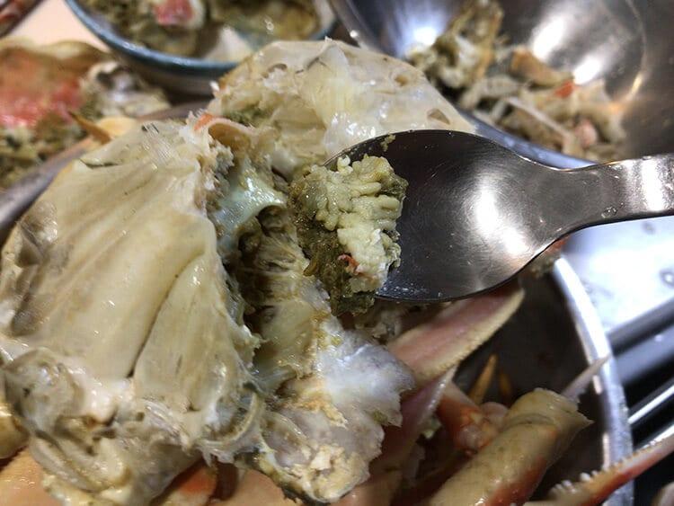 ズワイガニの身やカニ味噌をホジホジしているイメージ画像