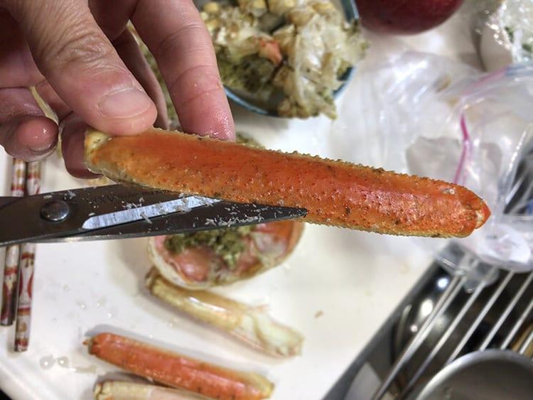 冷凍ズワイガニの足に切り込みをいれていくイメージ画像01