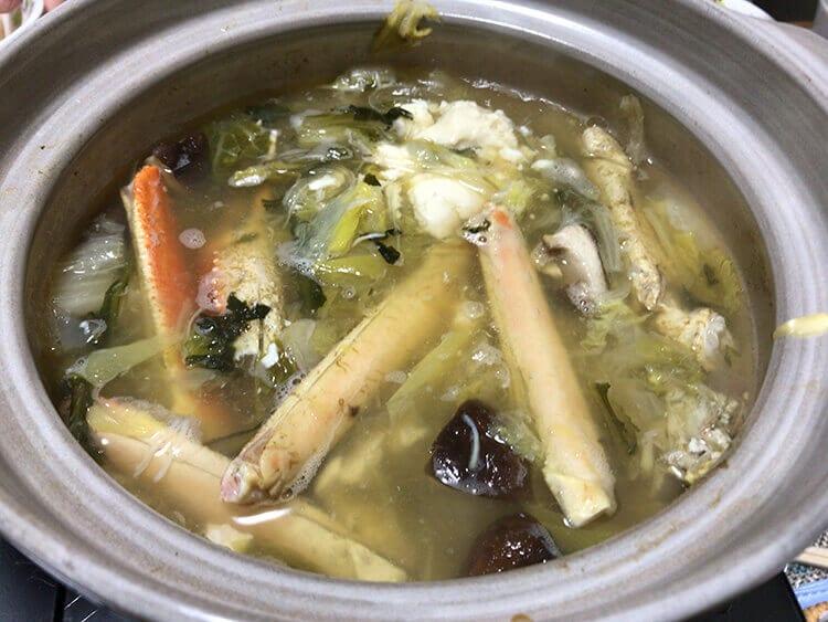 ズワイガニのカニ鍋を煮込んで食べているイメージ画像