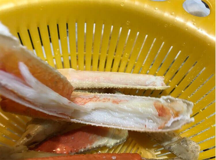 冷凍ズワイガニの足に切り込みをいれ、まとめたイメージ画像02