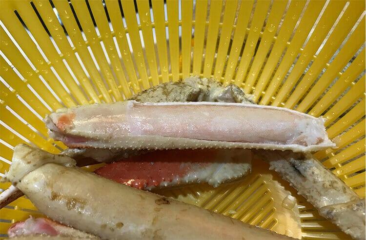 冷凍ズワイガニの足に切り込みをいれ、まとめたイメージ画像03